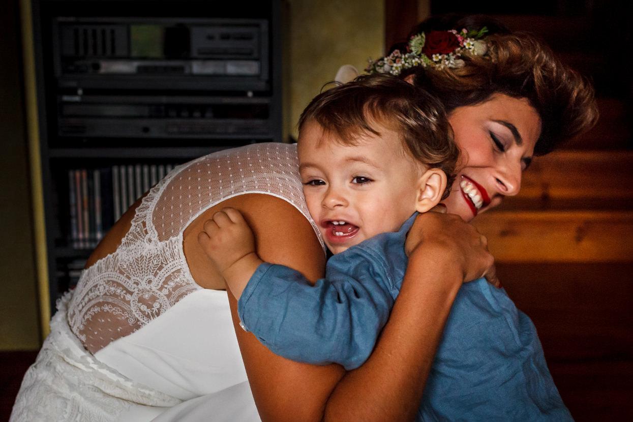 Novia abraza niño en boda en Hondarribia