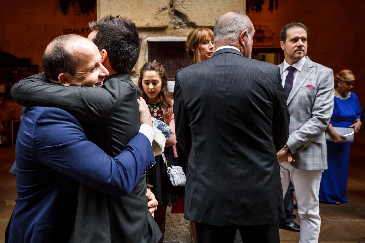 Novio con invitados de boda en Hondarribia