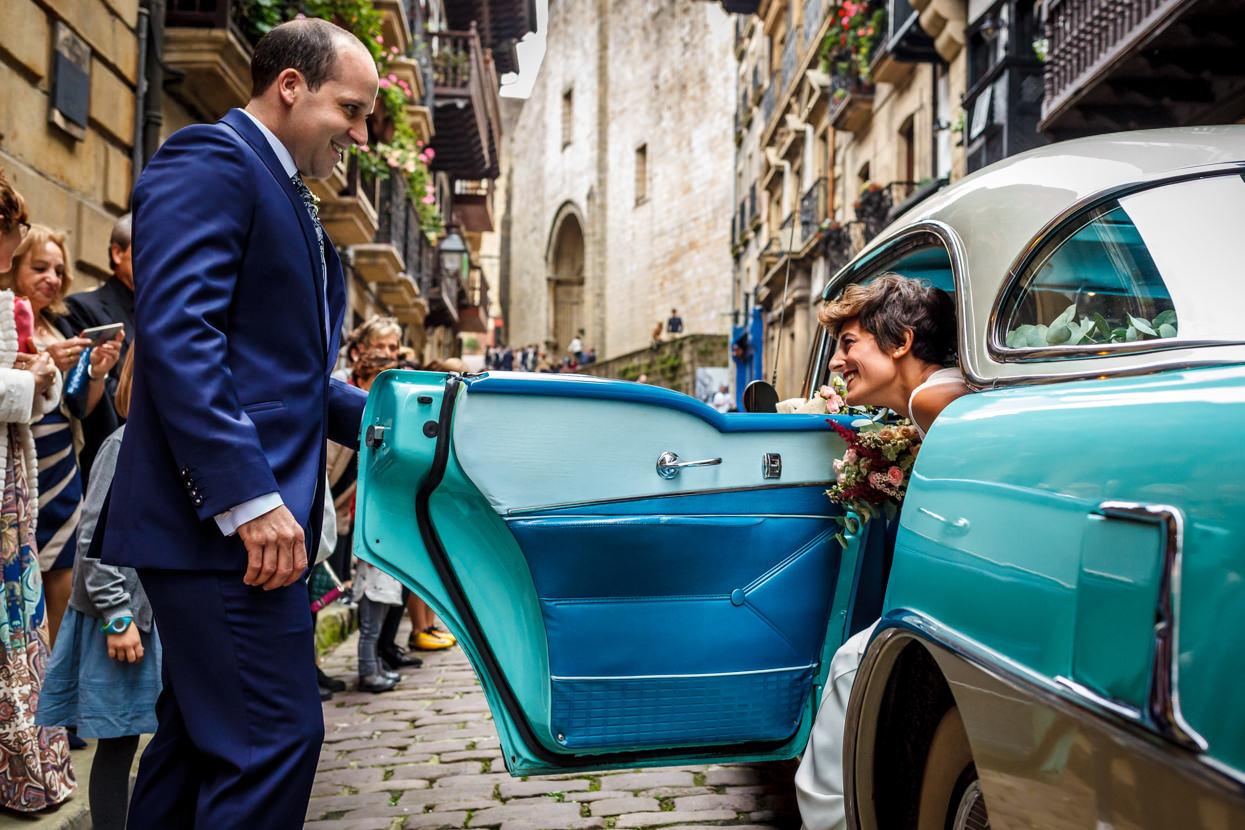Novia llega a ceremonia de boda en Hondarribia