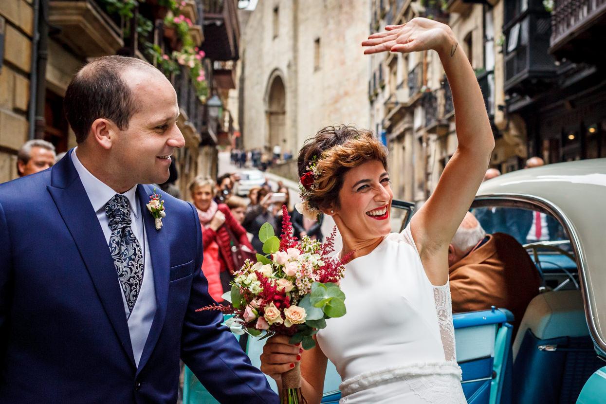 Novia saluda a invitados de boda