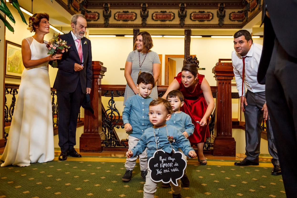 Niños en ceremonia de boda en ayuntamiento de Hondarribia
