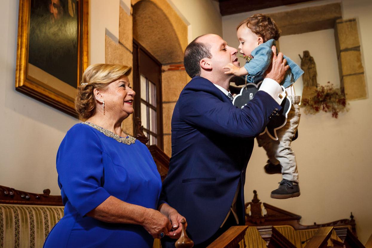 Novio abraza niño en boda en ayuntamiento de hondarribia