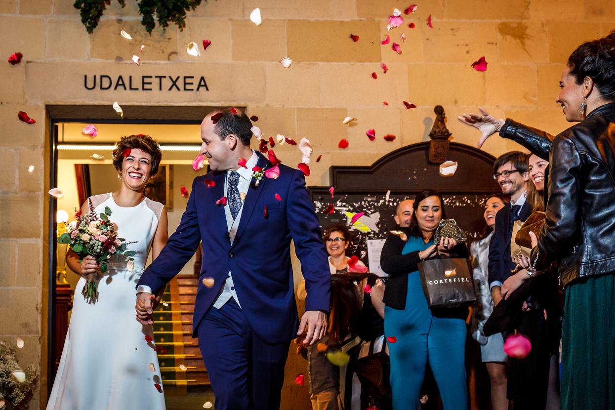 Lluvia de pétalos en boda ayuntamiento de hondarribia