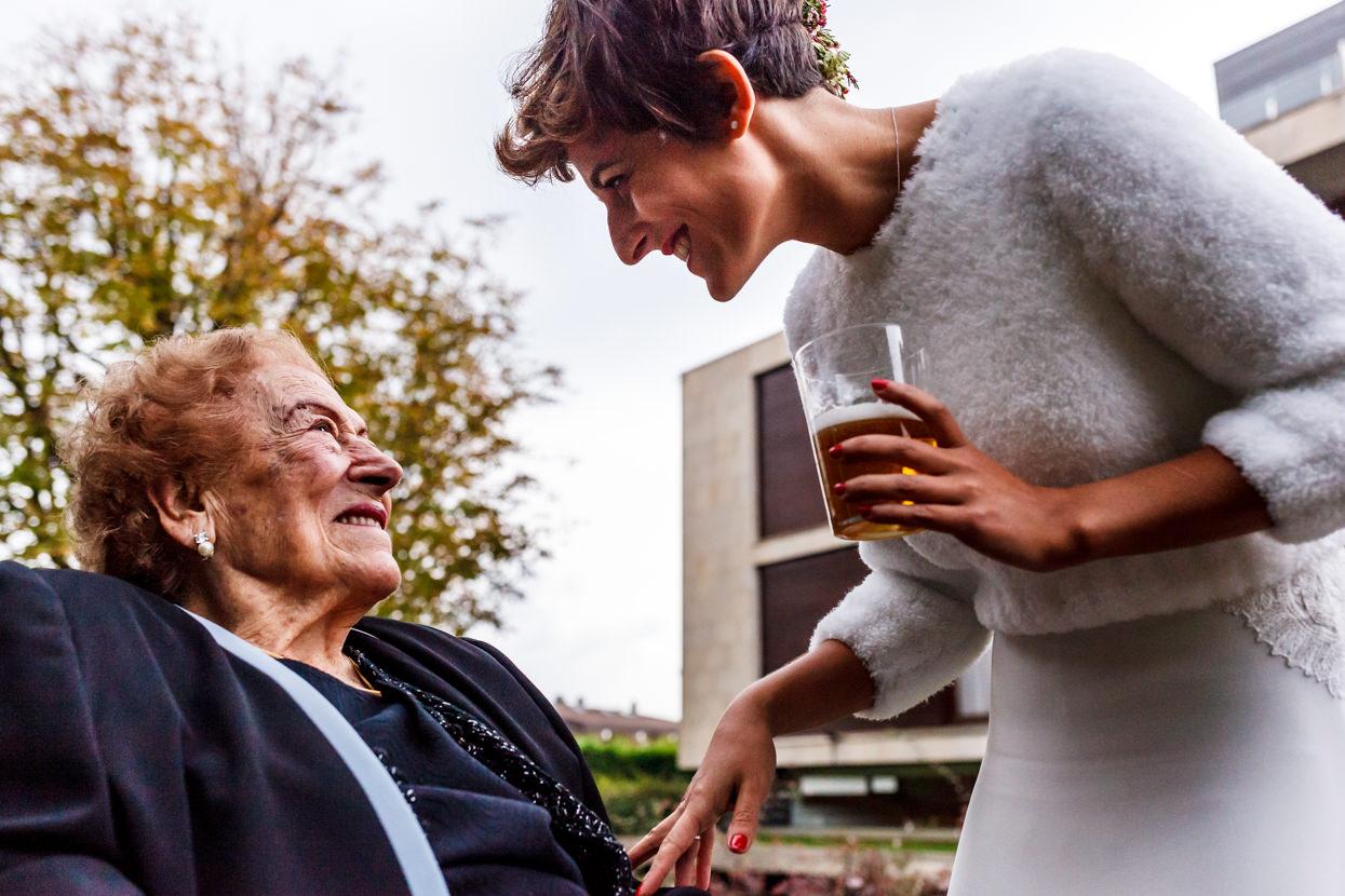 Fotógrafo de boda en el hotel Jaizkibel. Novia y abuela