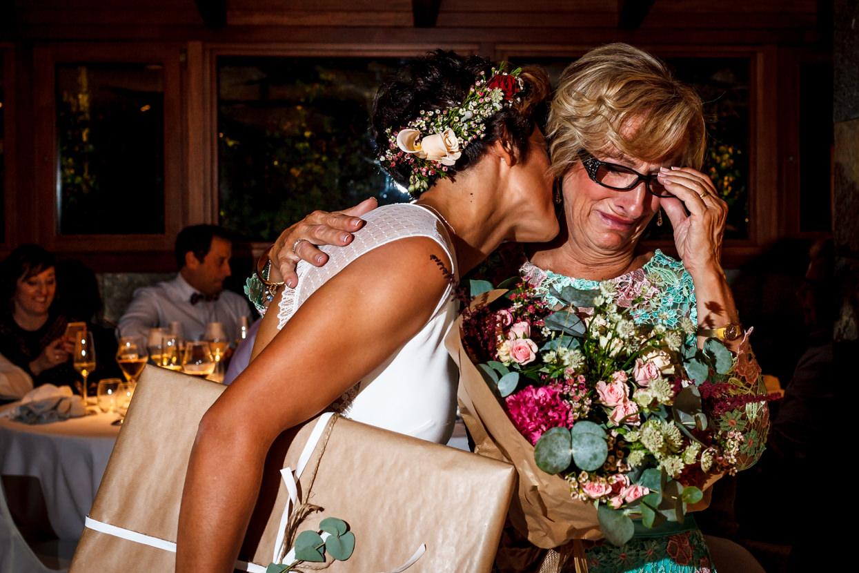 Novia con su madre en boda en el hotel Jaizkibel