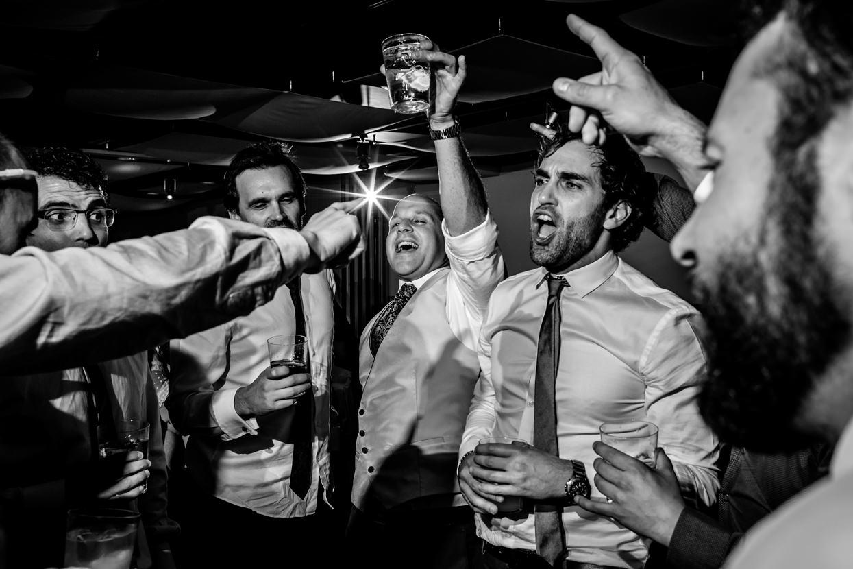 Novio con amigos en fiesta en hotel Jaizkibel