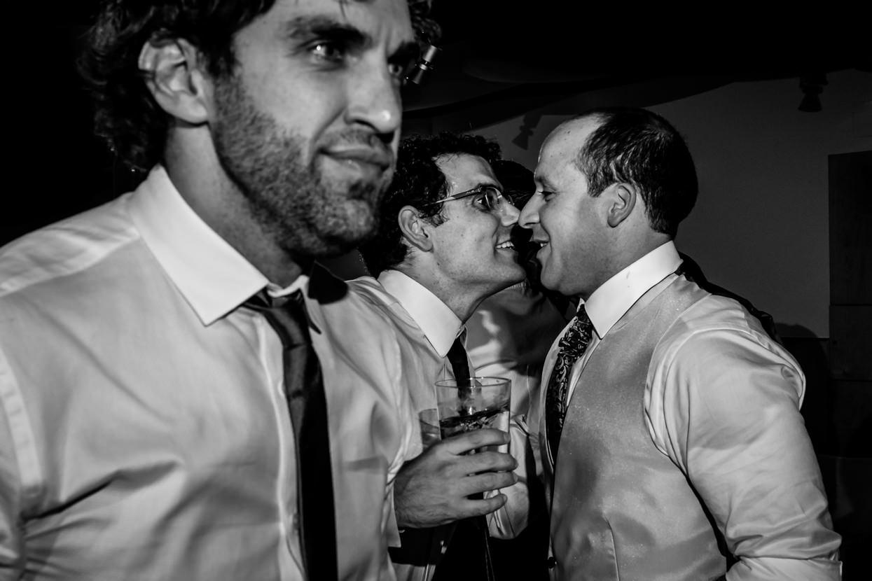 Novio con amigo en fiesta de boda