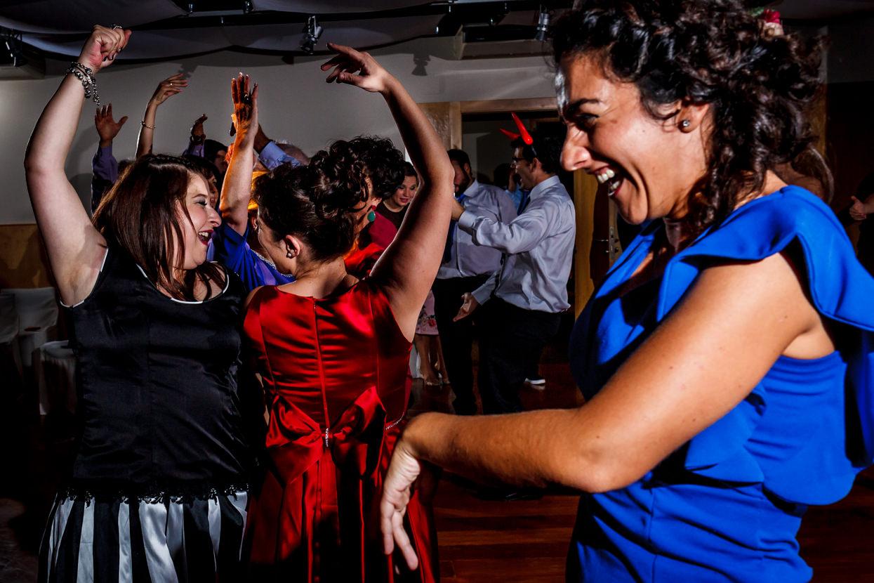Invitadas bailan en fiesta