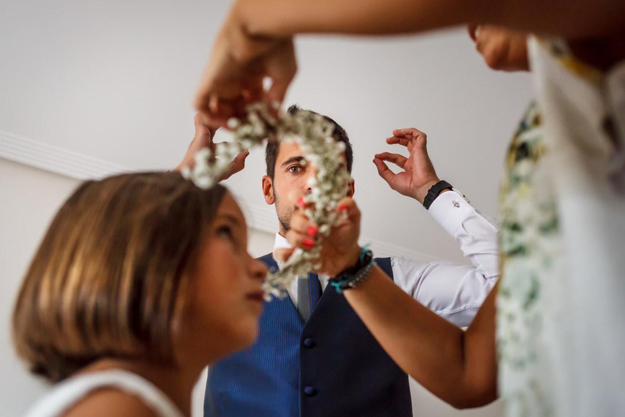 El novio ayuda con preparativos de boda