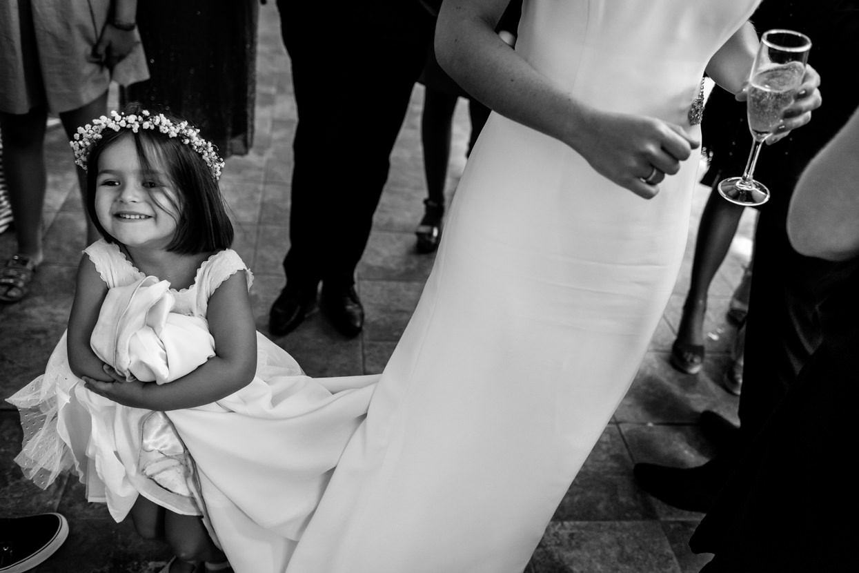 Dama de honor sujeta cola de vestido de novia