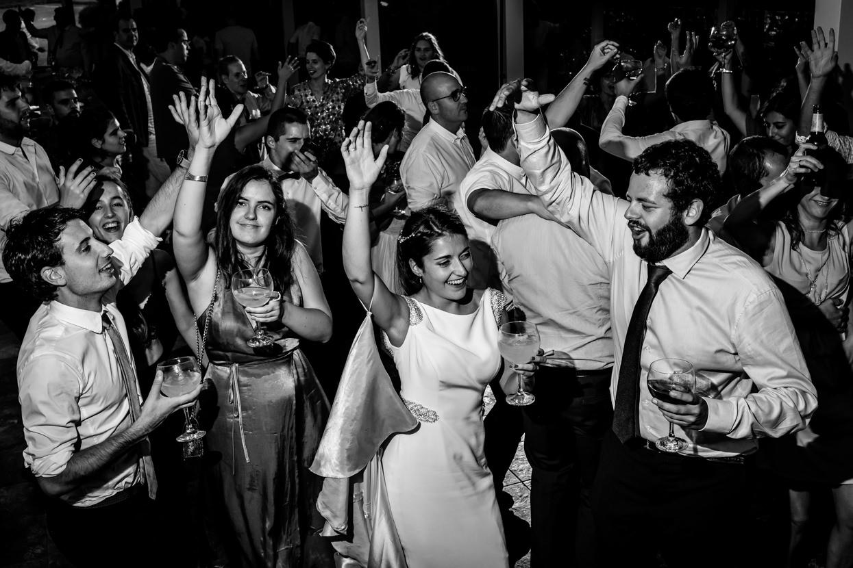 Novia baila con invitados en fiesta de boda