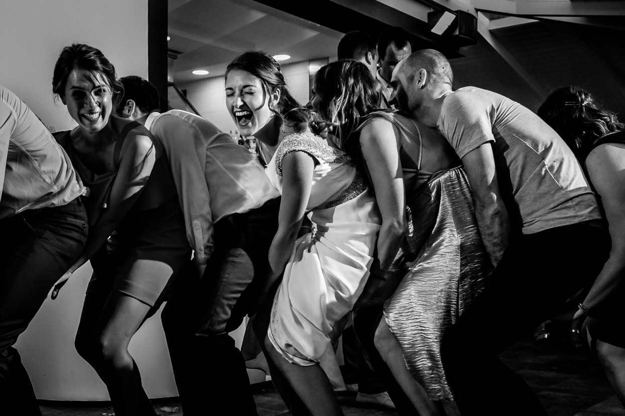 Novia ríe en baile de boda en restaurante Atalaia