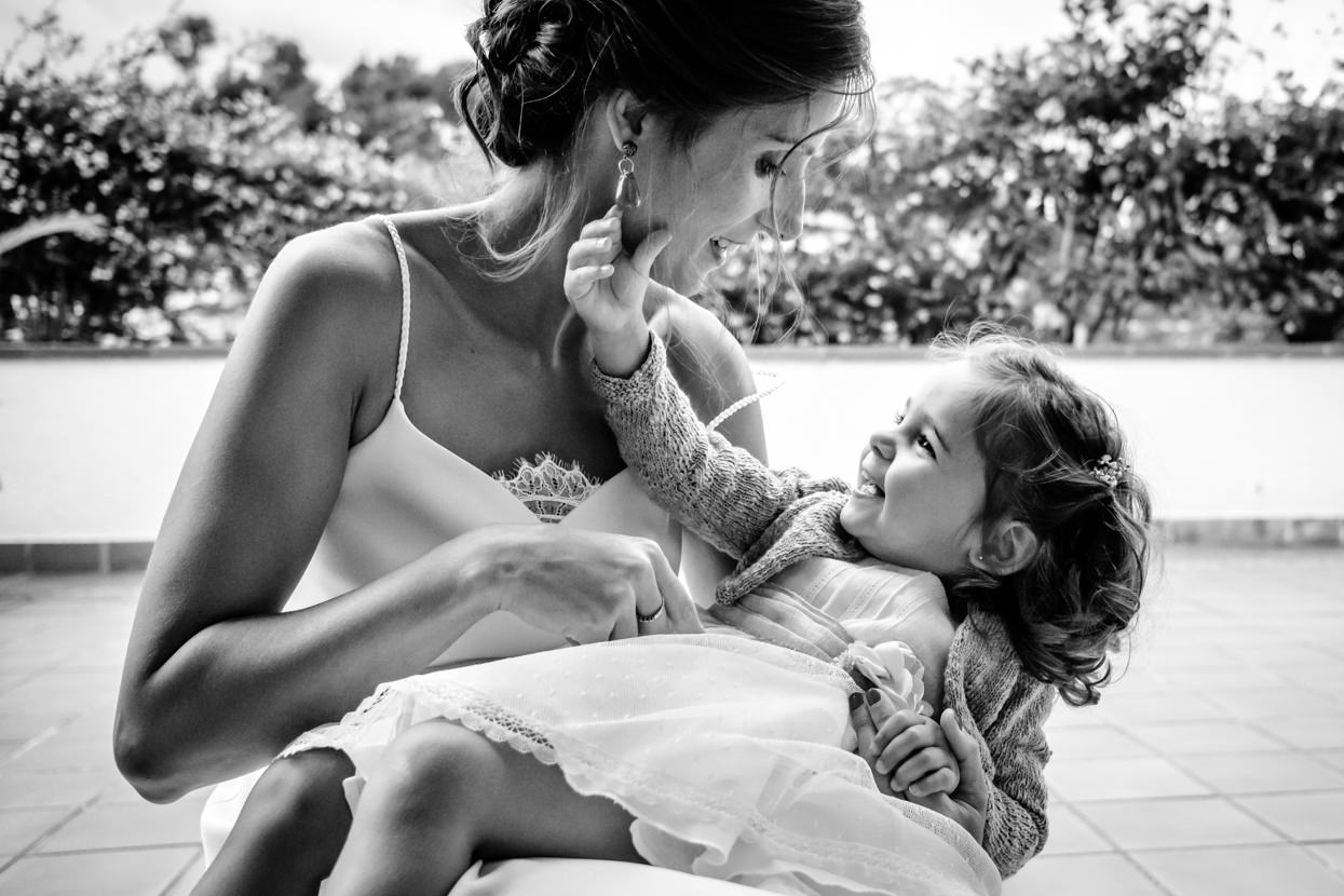 Novia y niña en boda en San Sebastián