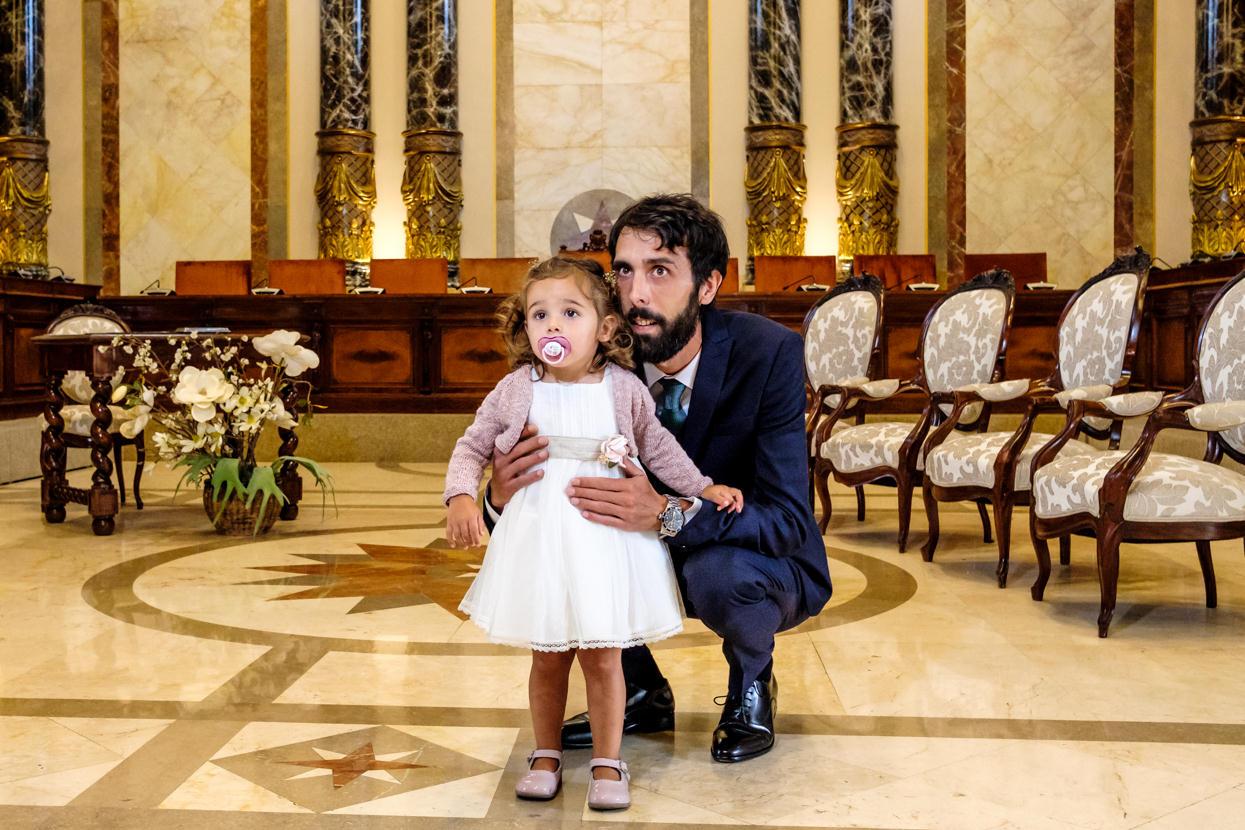 Novio espera novia con niña en ceremonia de boda en ayuntamiento de Donostia