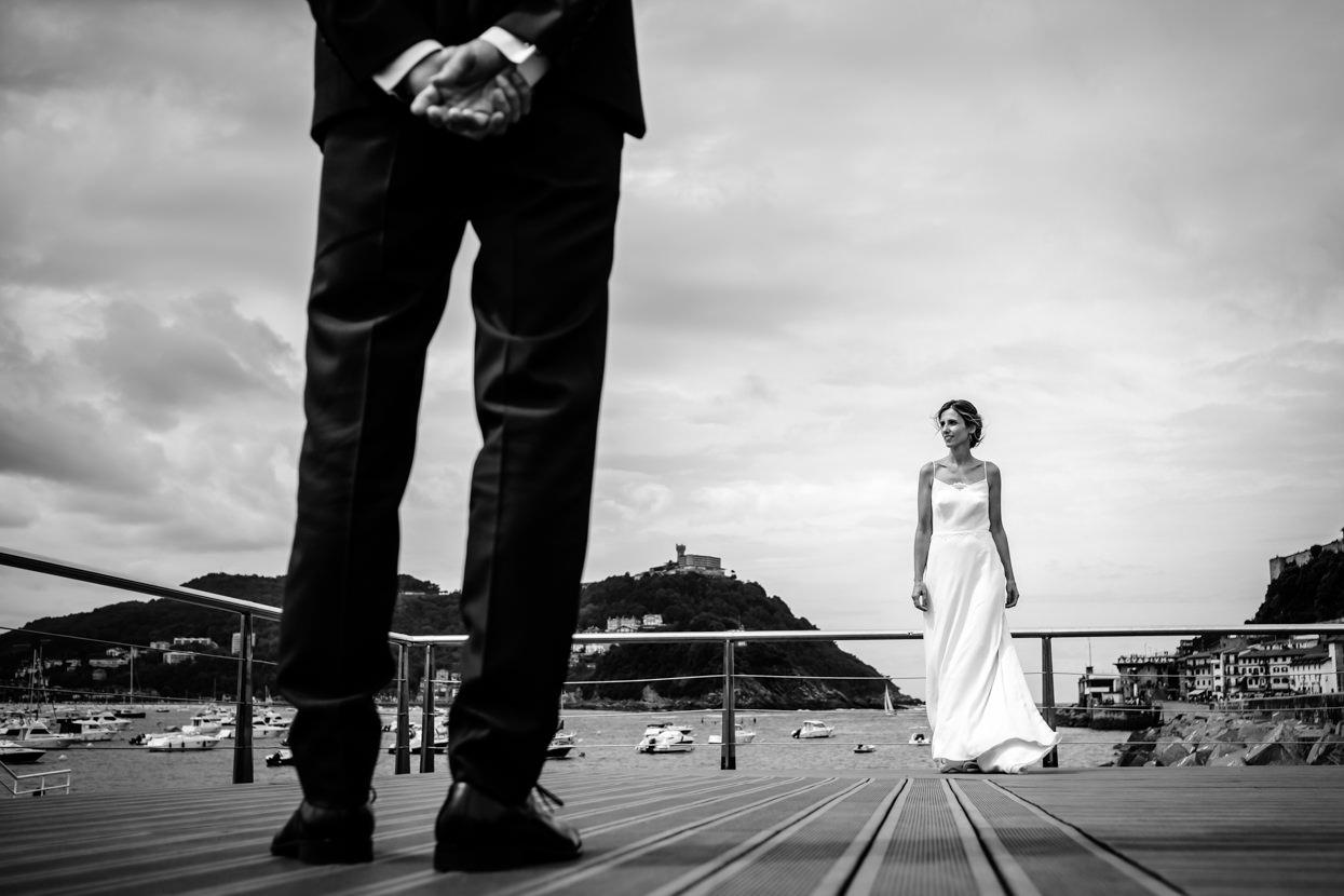 Foto de boda de novios en puerto de Donostia