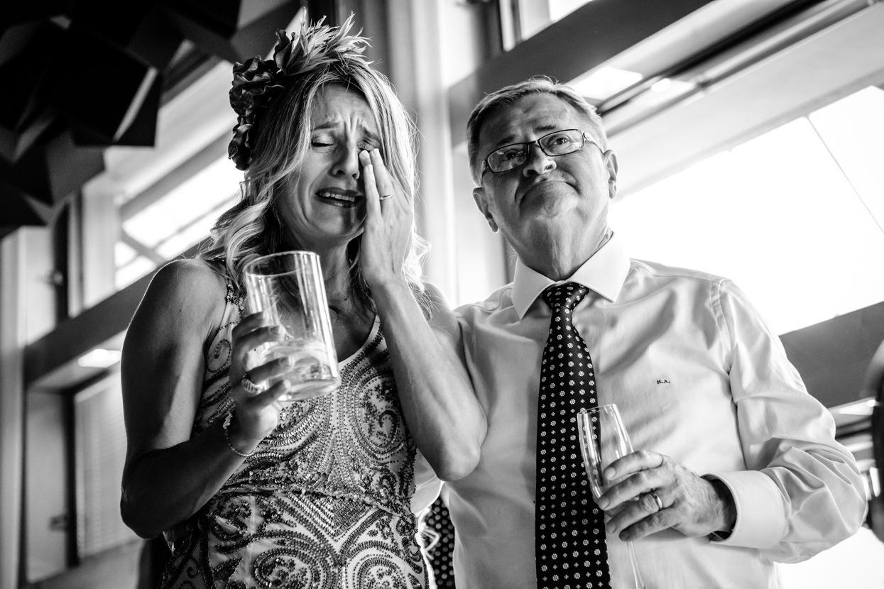 Invitada de boda emocionada