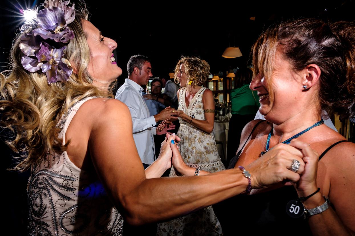 Invitados de boda bailan en fiesta