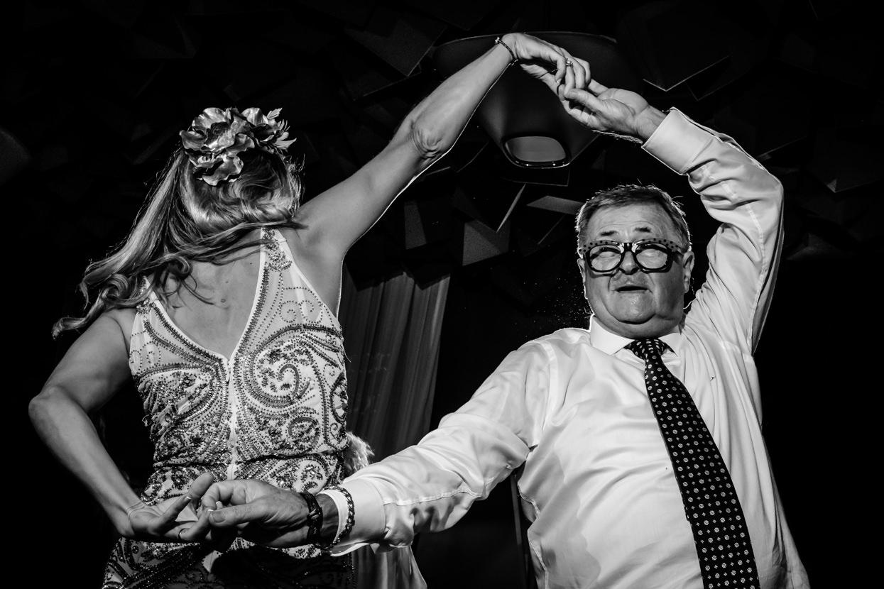 Invitados de boda bailan en Nineu