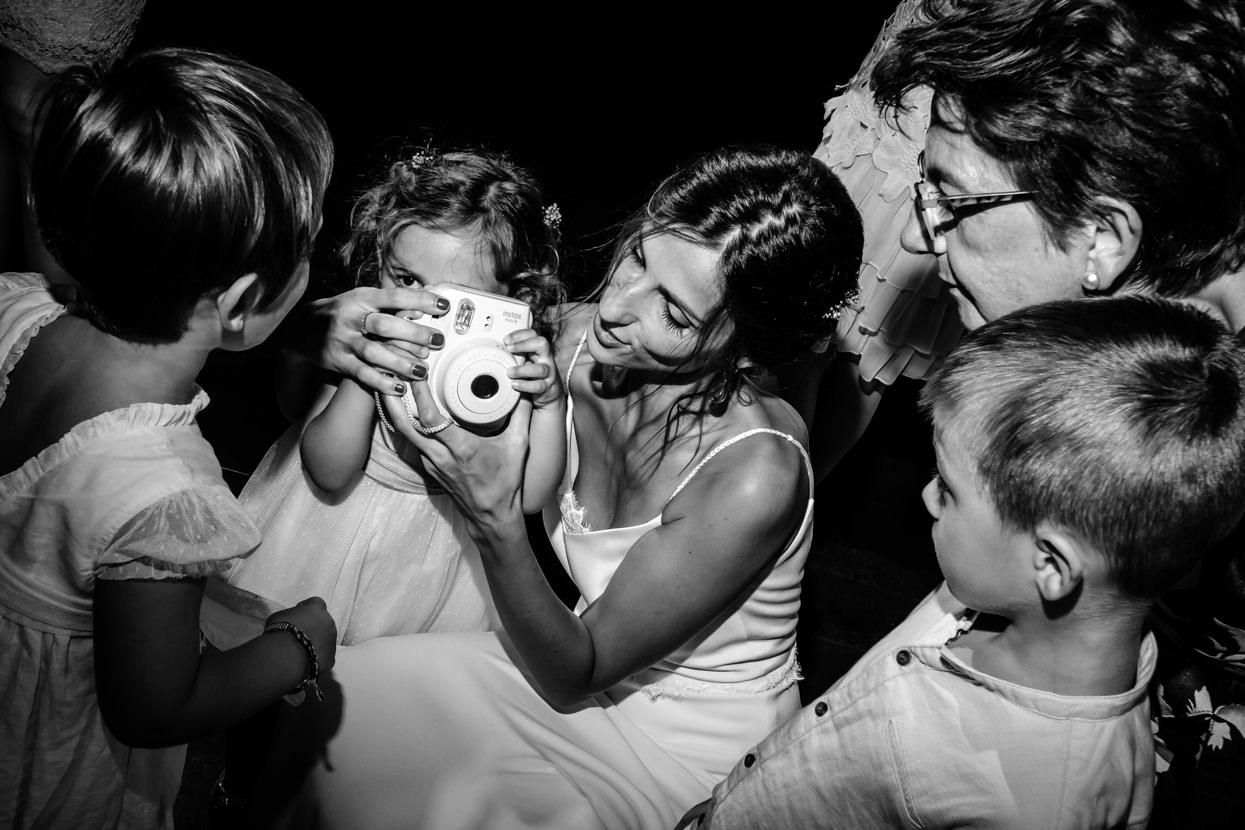 Novia saca foto en fiesta de boda