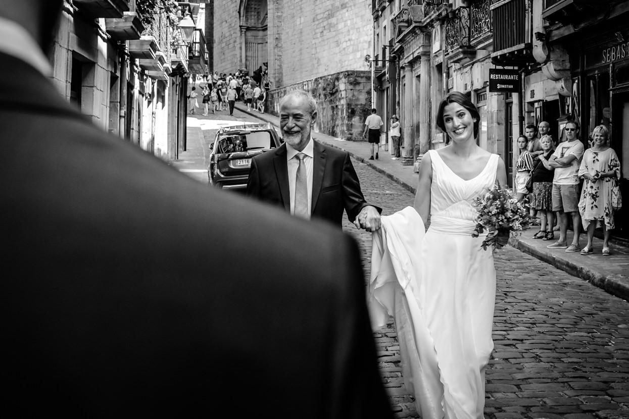 llegada de la novia a ceremonia de boda en ayuntamiento de hondarribia