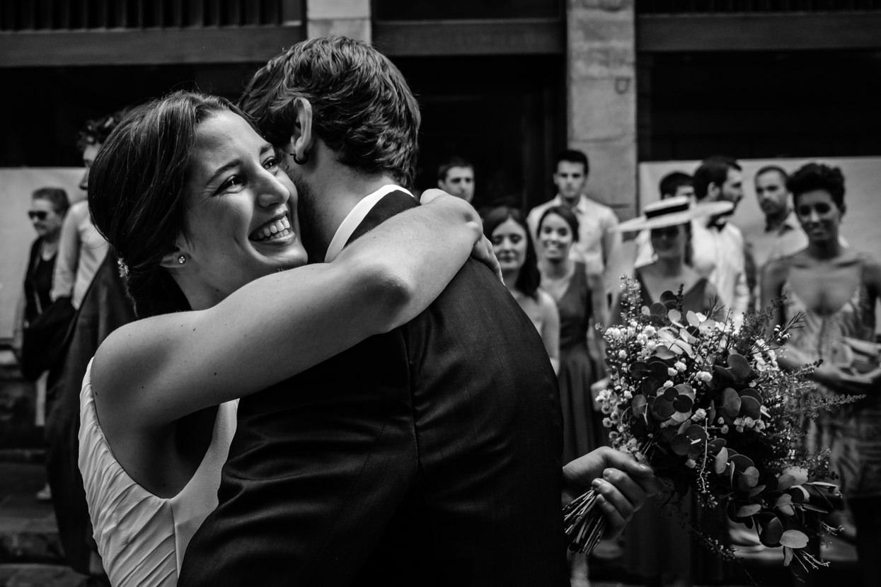 abrazo de novios en boda en ayuntamiento de hondarribia