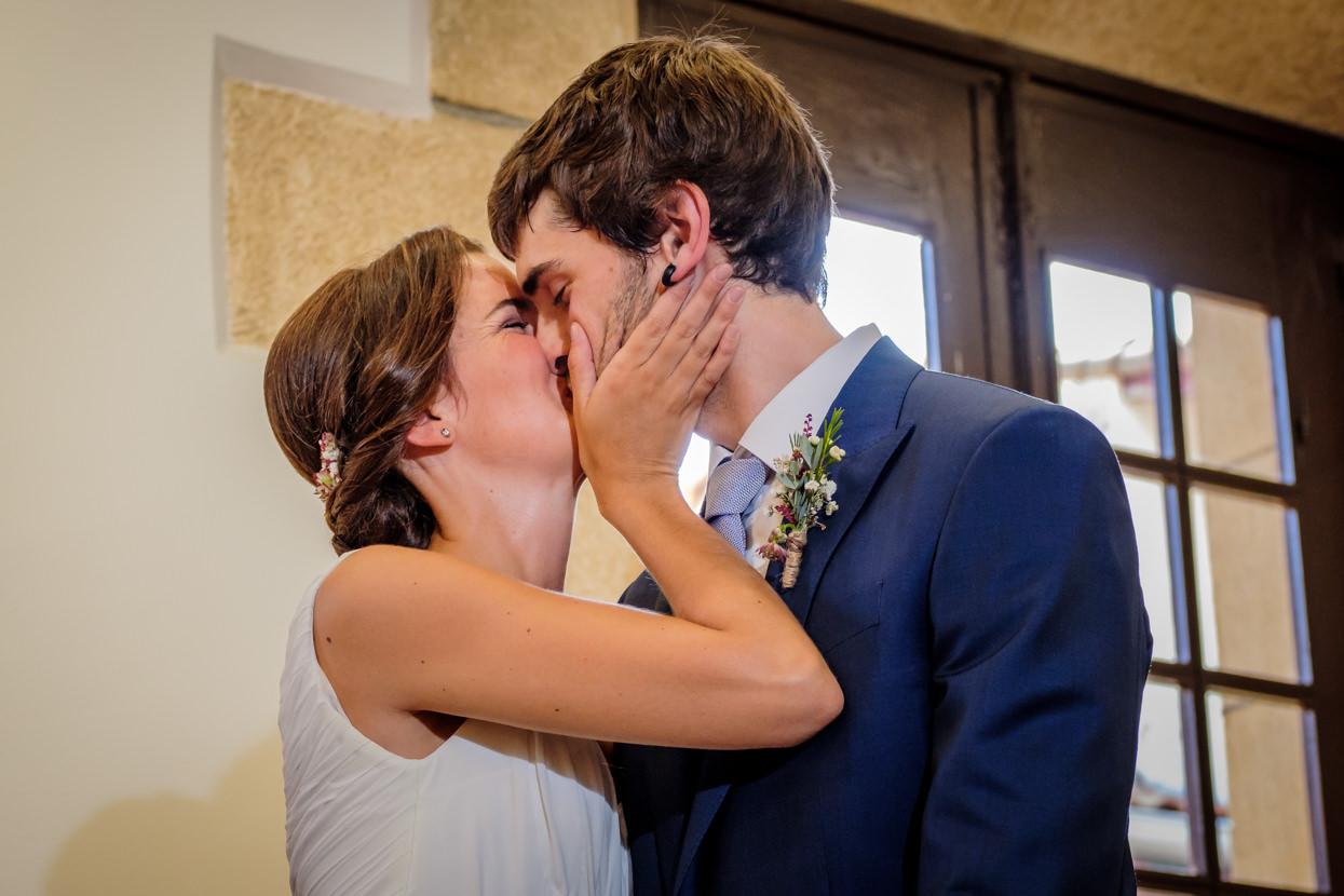 beso de novios en ceremonia de boda en ayuntamiento de hondarribia