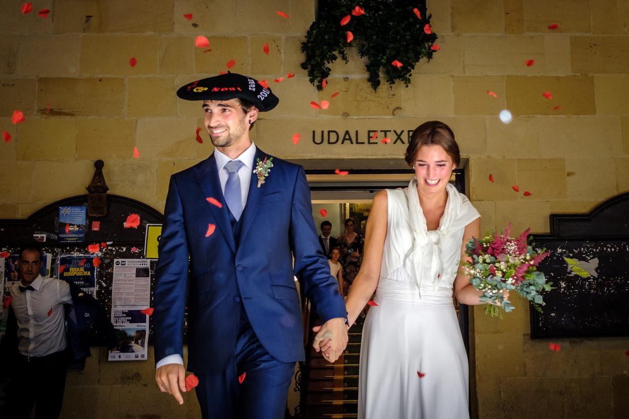 salida de ceremonia de boda en ayuntamiento de hondarribia