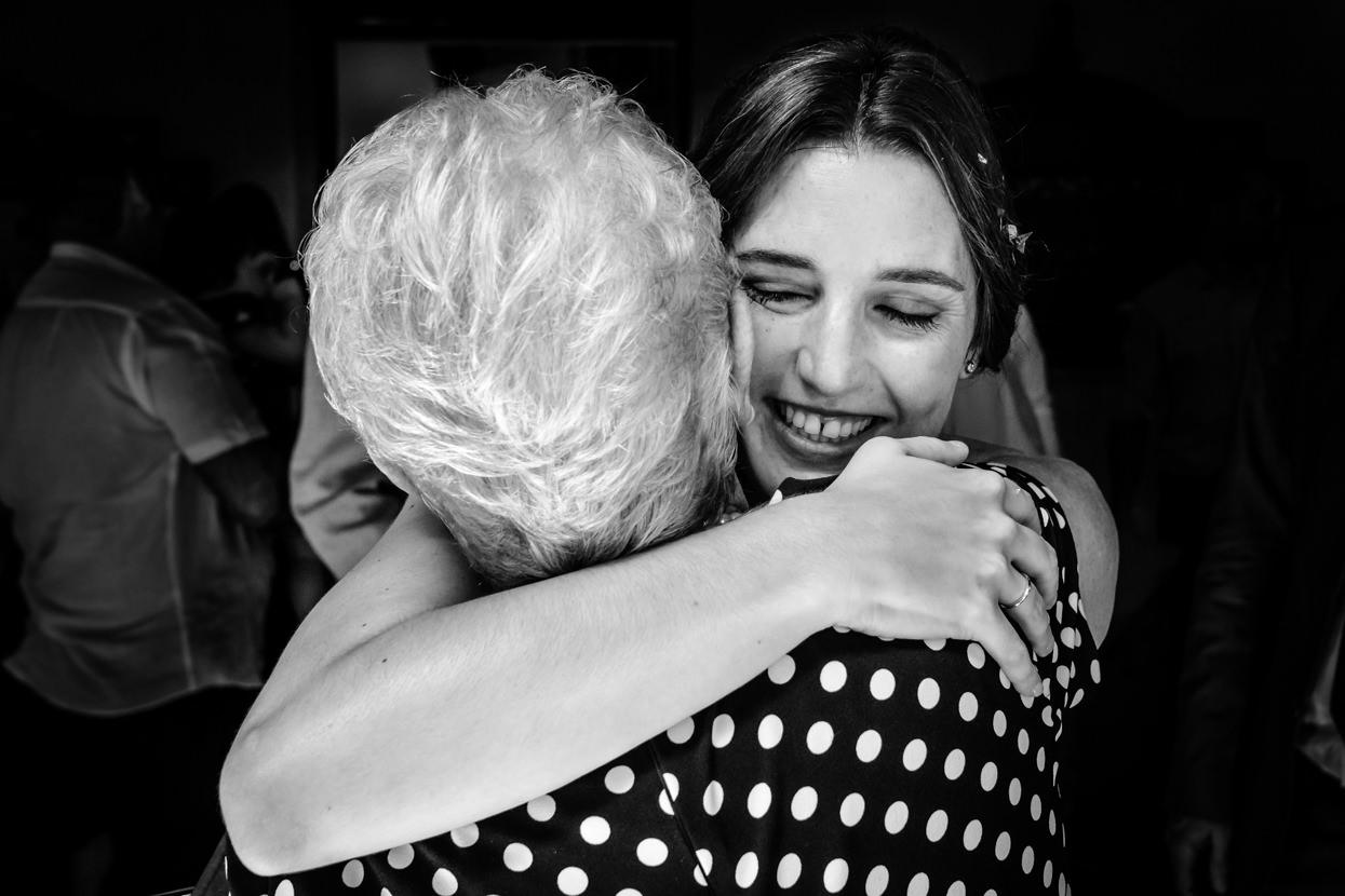 boda en ayuntamiento de hondarribia. abrazo de la abuela
