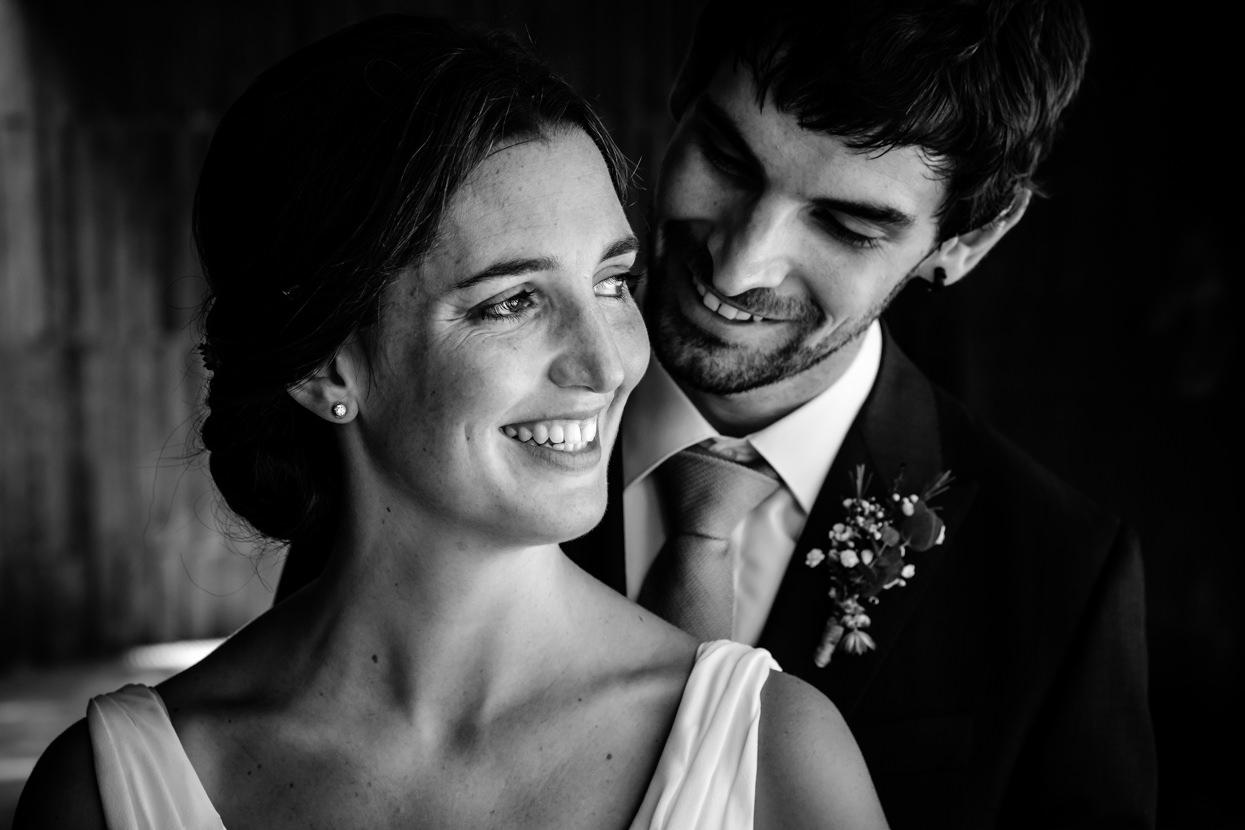 retrato de pareja de boda en hondarribia y restaurante alameda