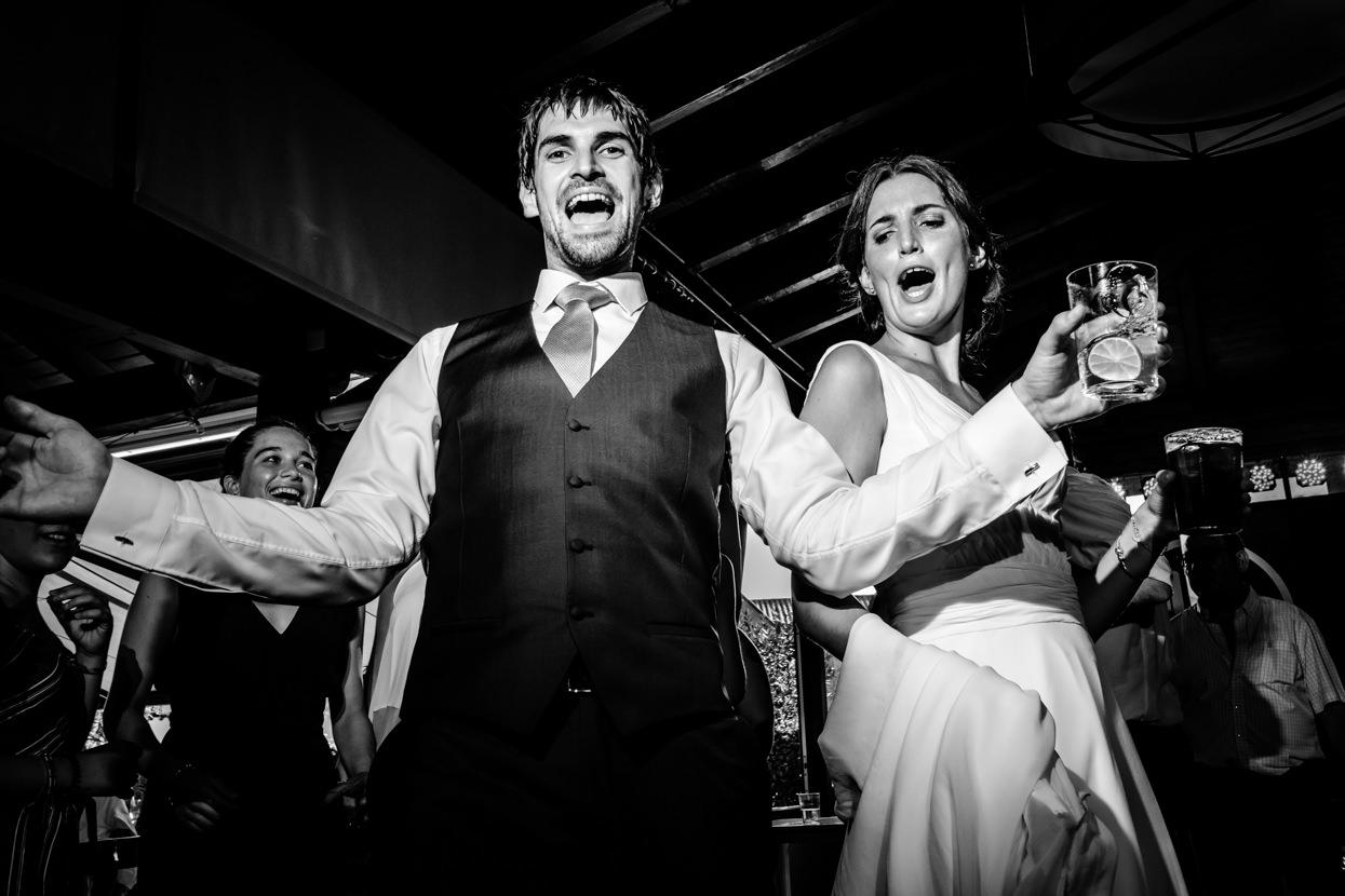 novios en fiesta de boda en hondarribia