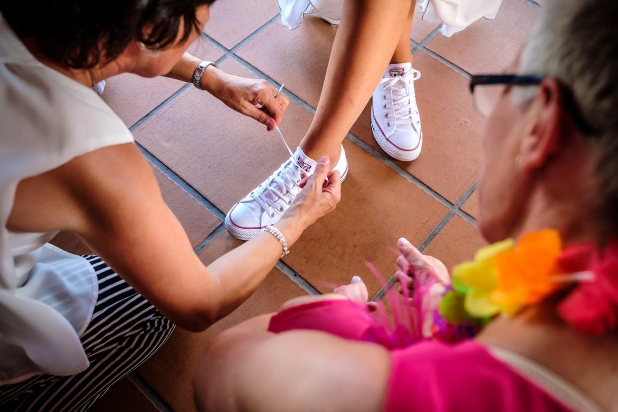 fotógrafo de boda en hondarribia. zapatillas de novia