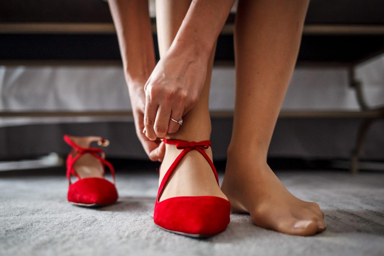Fotógrafo de boda en el hotel María Cristina. Zapatos de novia
