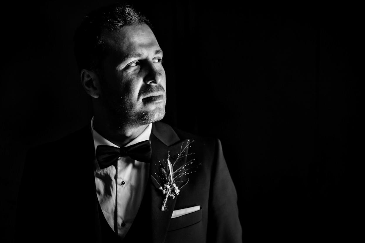 Retrato de novio en boda en Donostia