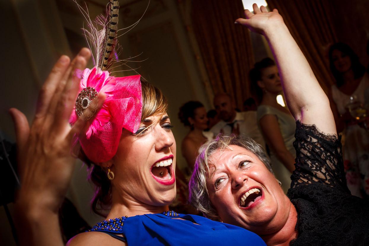 Invitadas bailan en boda en el hotel María Cristina