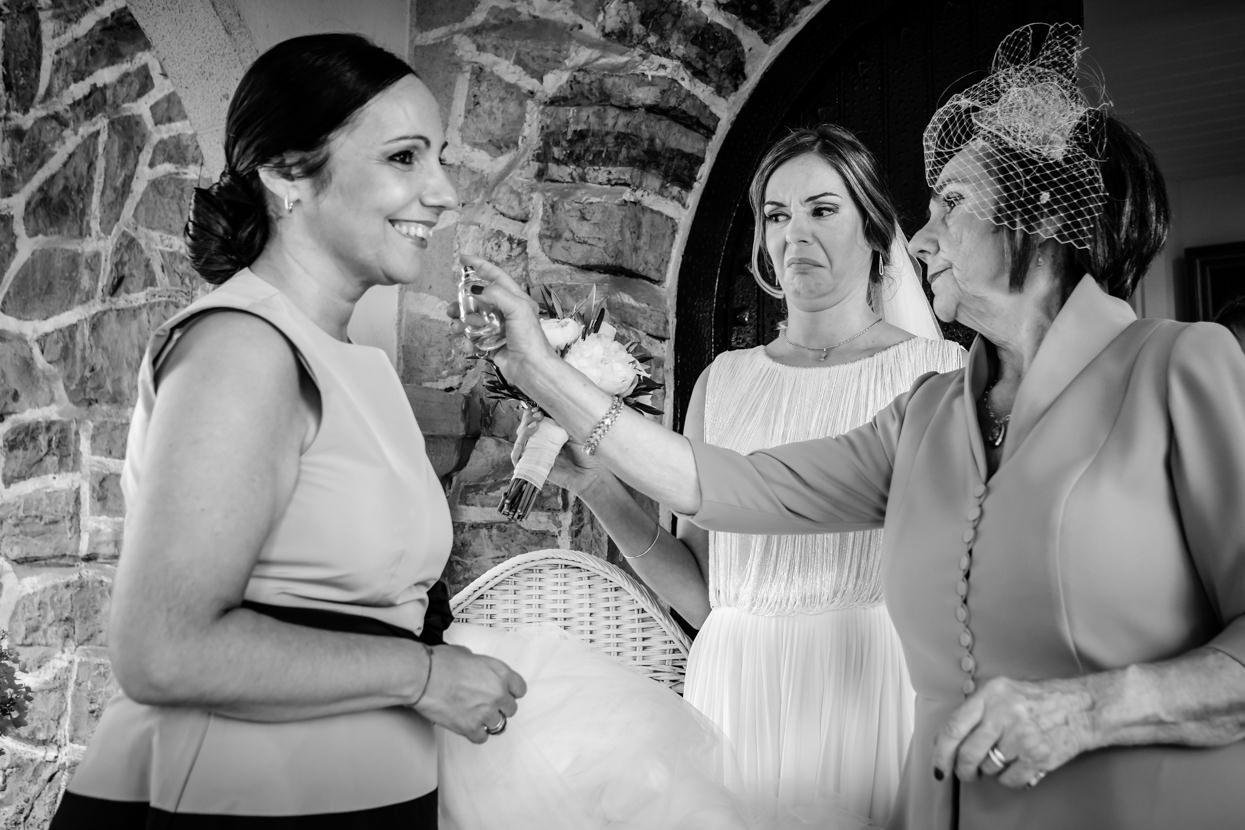 Madre de novia pone perfume