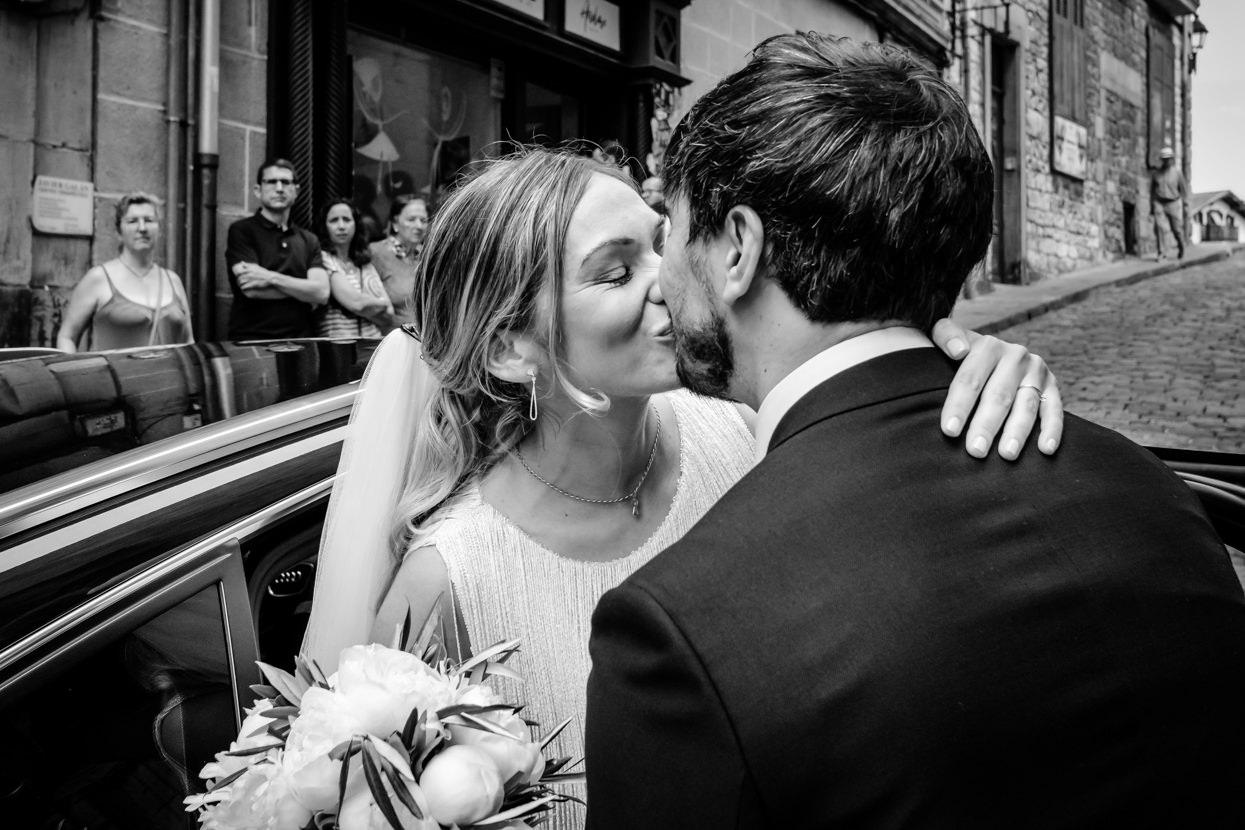 Novia llega a ceremonia de boda y besa al novio