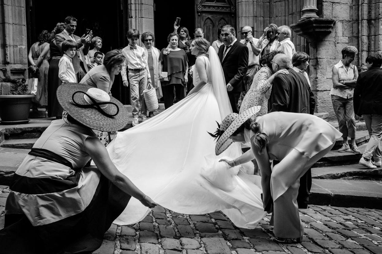 Hermanas colocan vestido de novia en ceremonia de boda en Hondarribia
