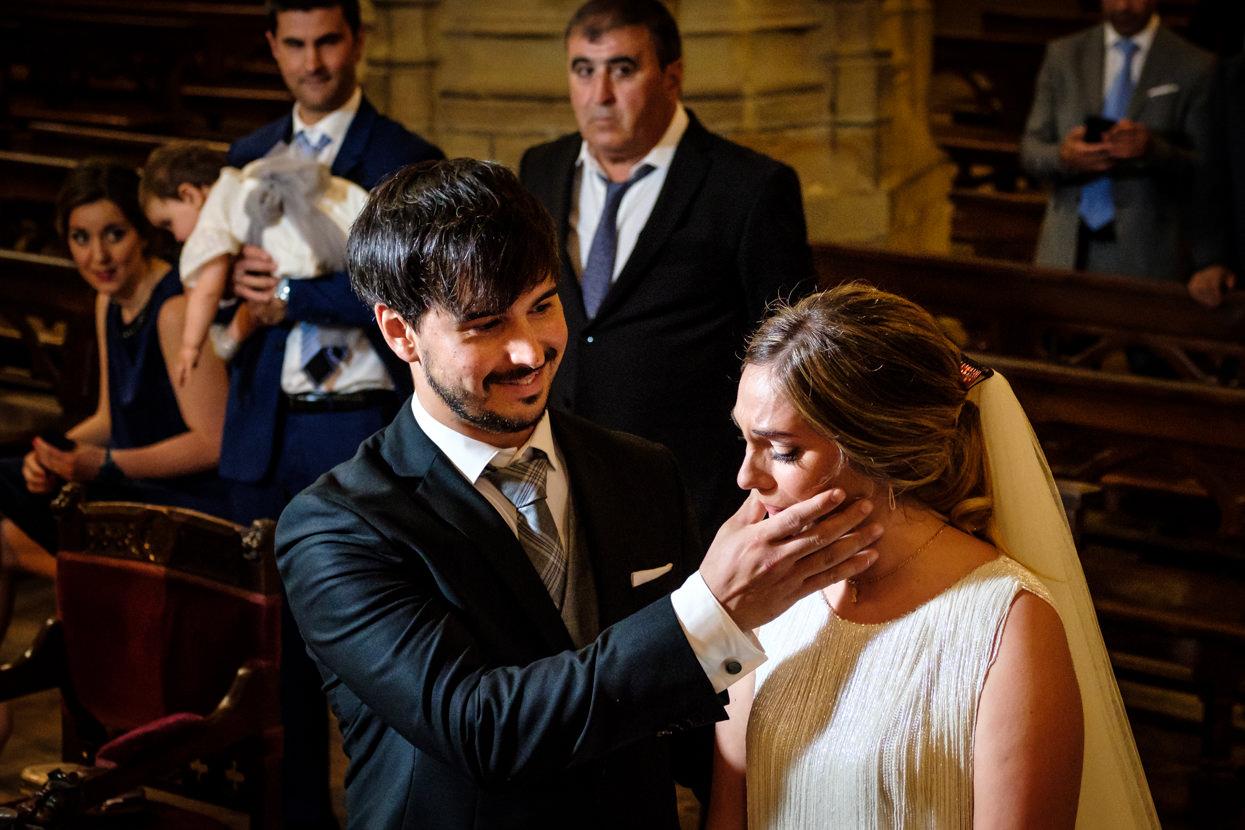 Novia emocionada en ceremonia de boda