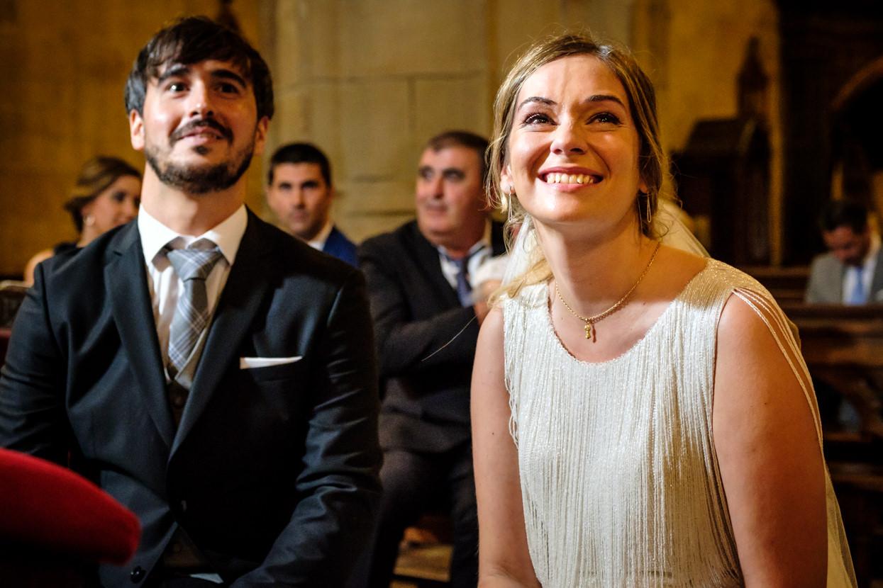 Novia sonríe en ceremonia de boda