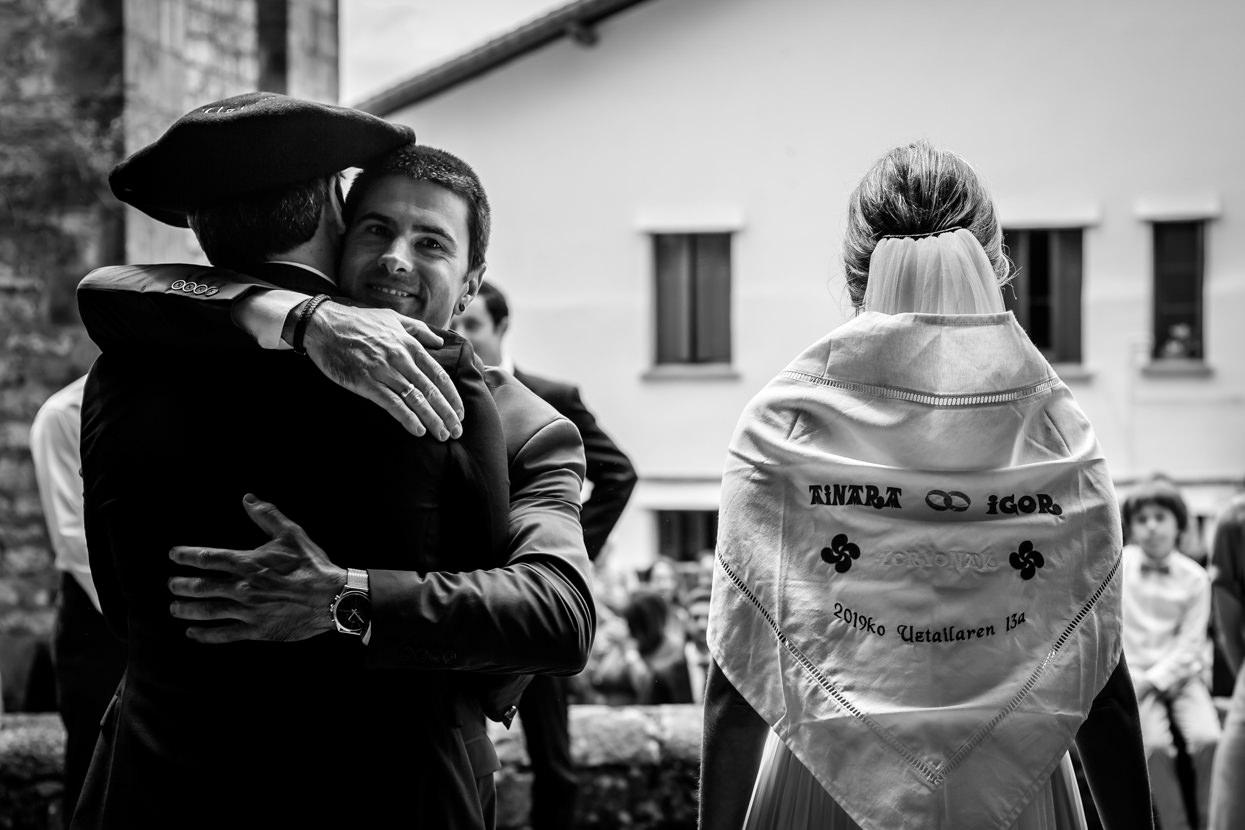 Hermano abraza a novio en boda