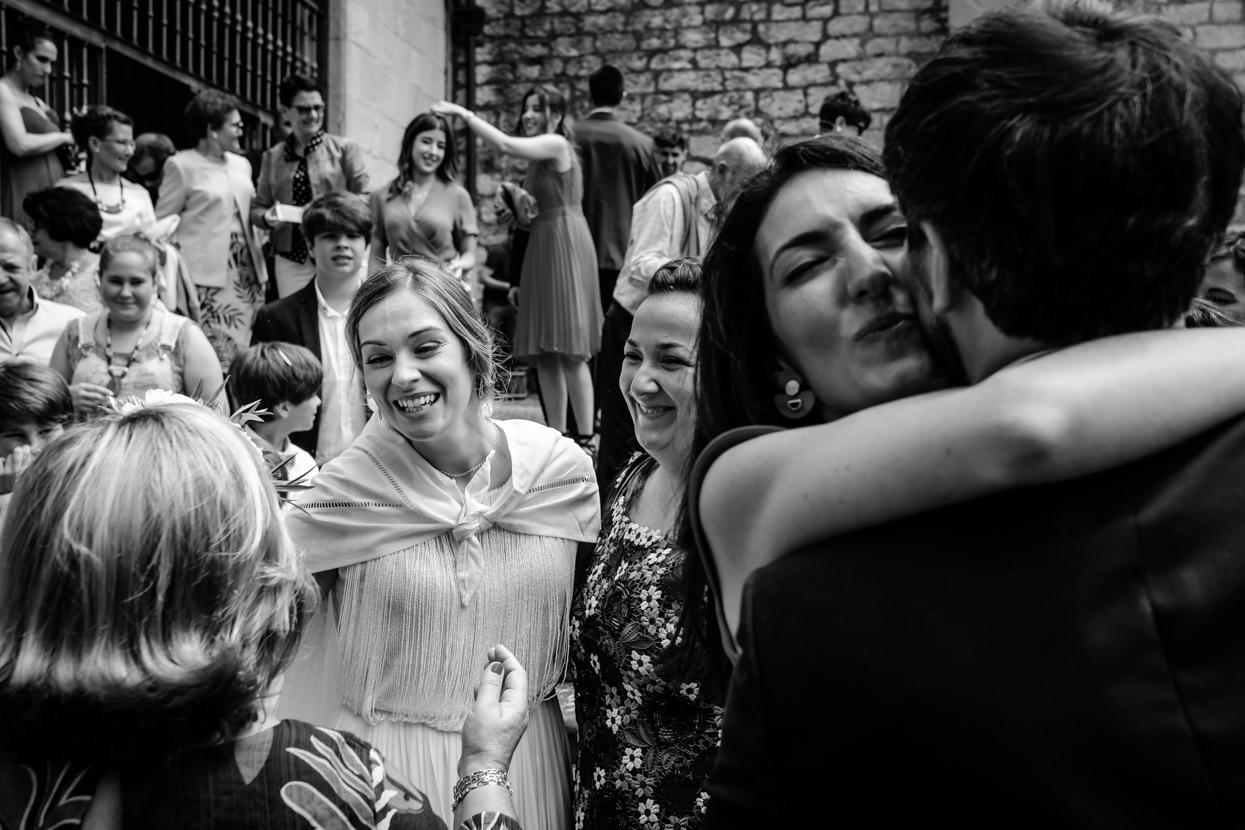 Invitados abrazan a novios en boda