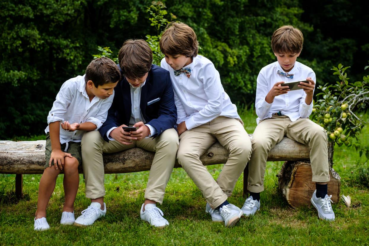 Sobrinos de novios juegan en boda