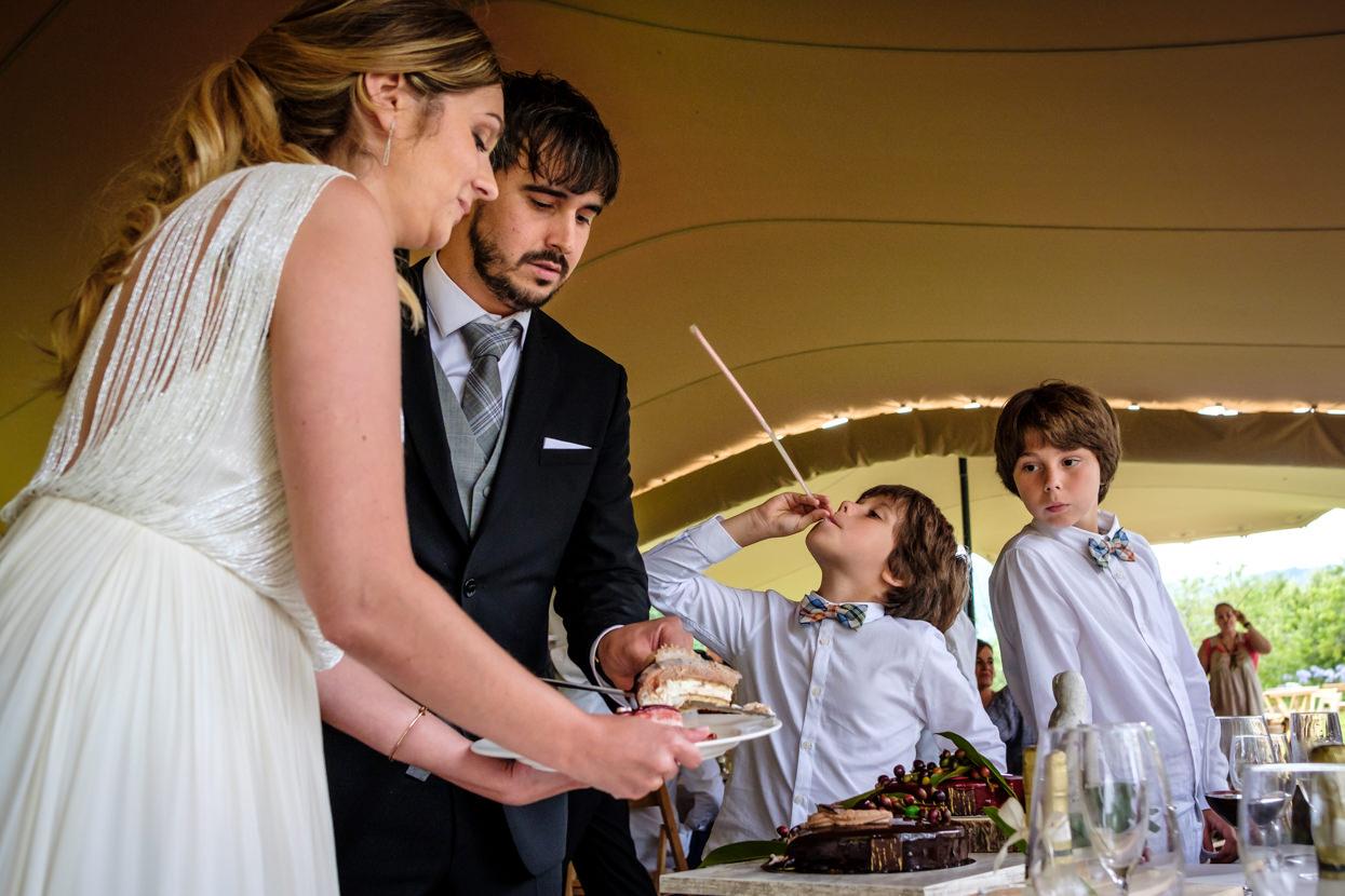 Corte de tarta de boda en finca Fagoaga