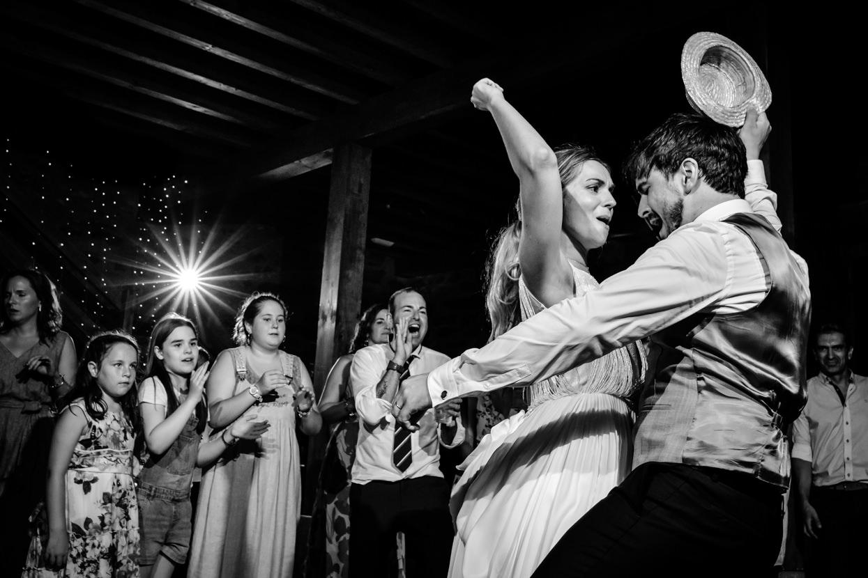 Novios bailan en fiesta en Fagoaga