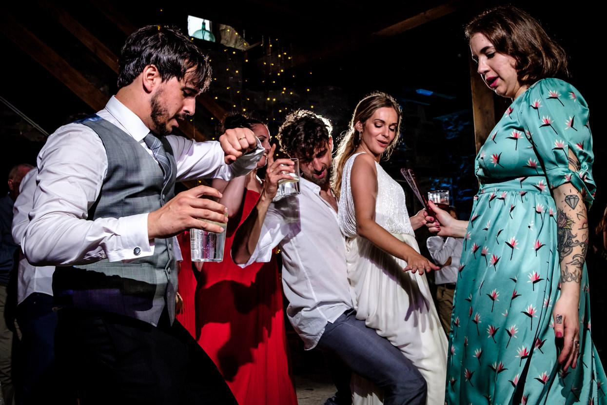 Invitado baila con novia en boda