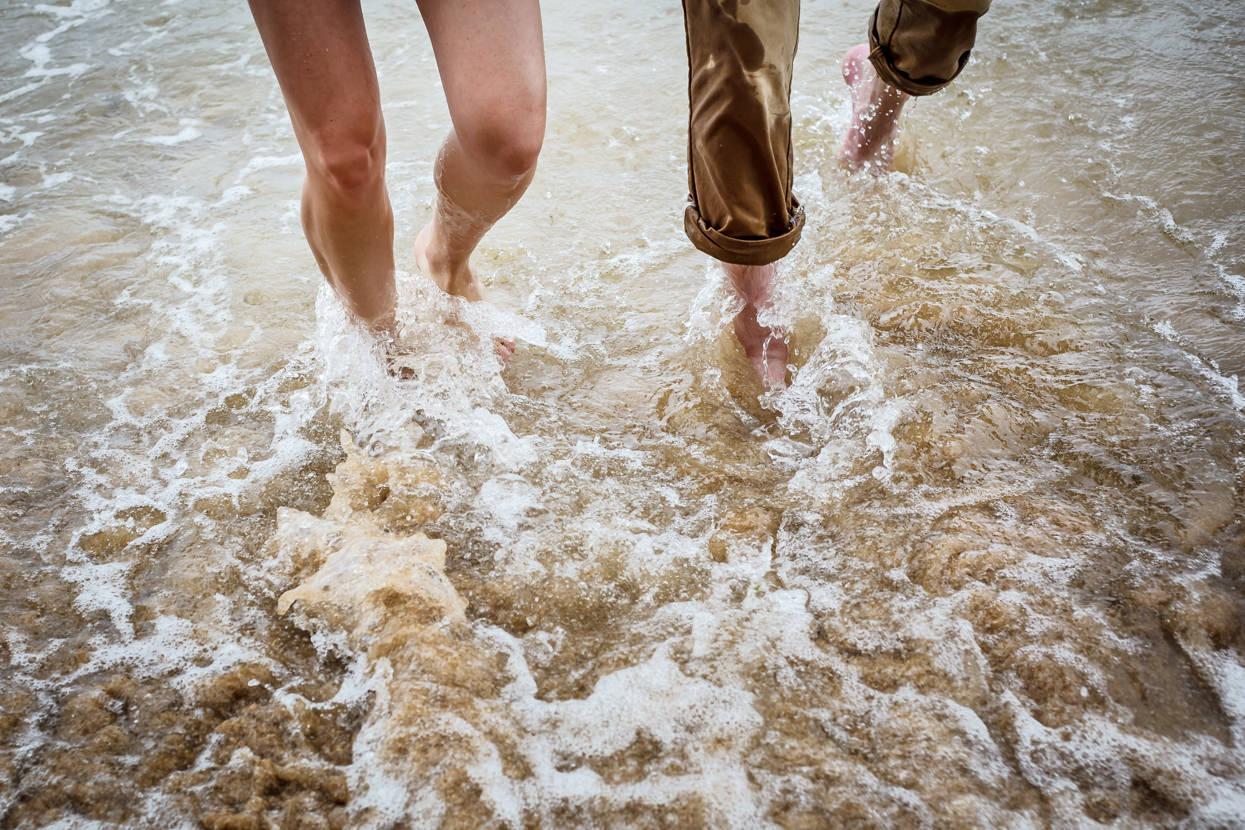 preboda en la playa caminando por la orilla