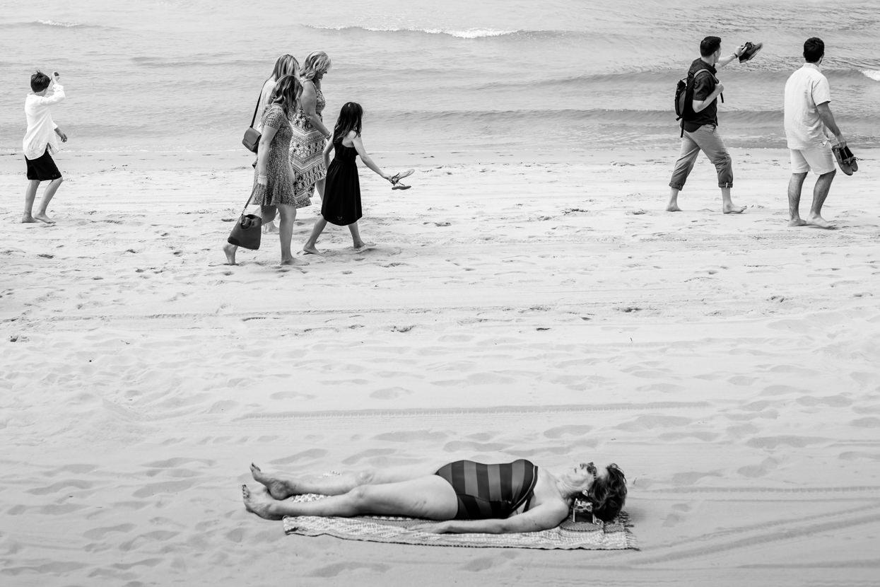 preboda en donostia caminando por la playa