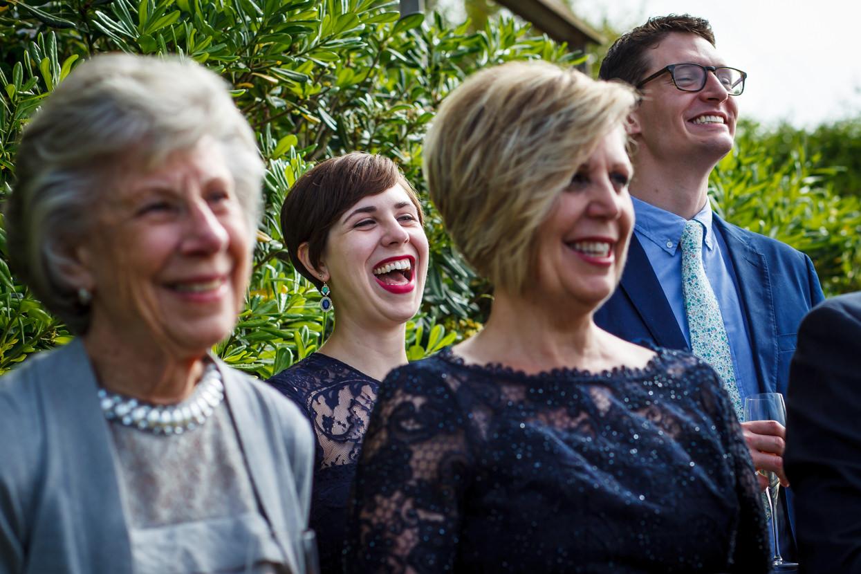 boda en igeldo invitados sonriendo