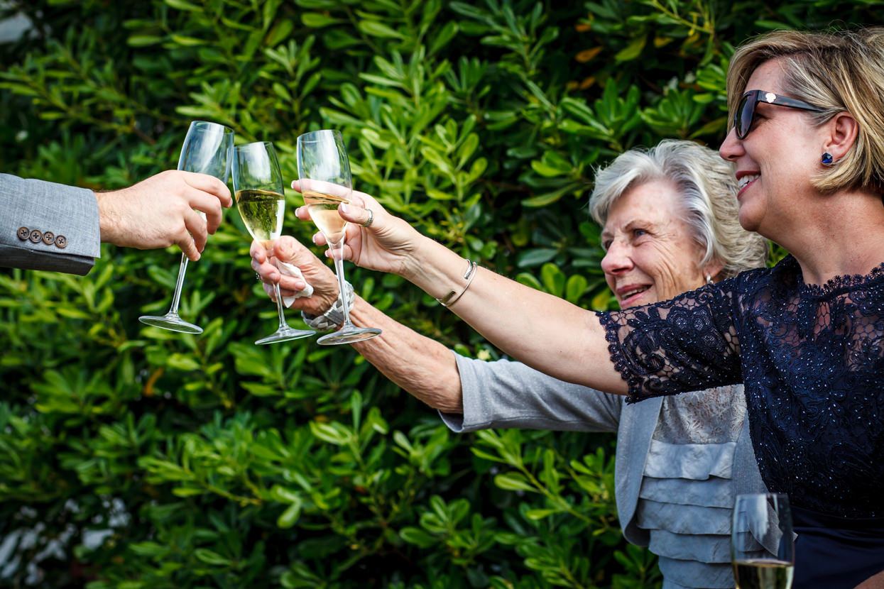 fotógrafo de boda en gipuzkoa brindis con champán