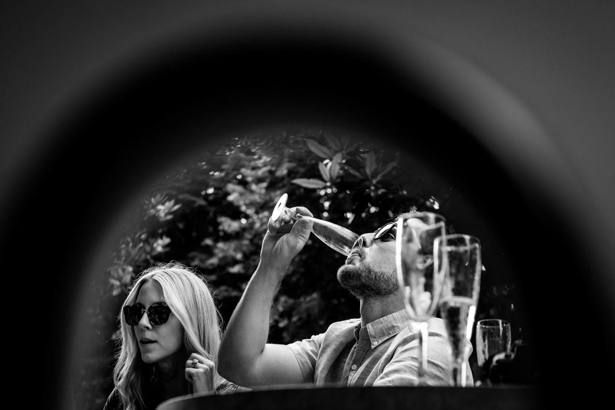 fotógrafo de preboda en donostia bebiendo champán